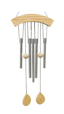 Windspiel aus fünf Rohren und Holzrahmen