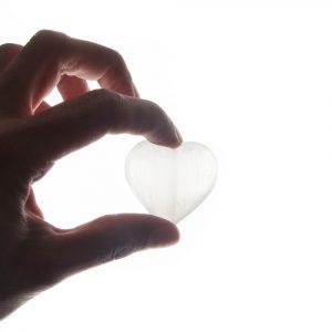 Handschmeichler Herz Selenit weiß (4,5 x 4 cm)