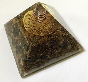 Pyramide des Tigerauges mit Kristallspitze