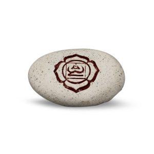Gravierter Flussstein mit 1. Chakra Symbol