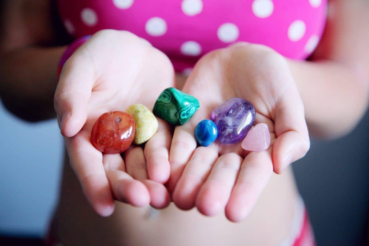 Geburtssteine Frau mit bunten Steinen in den Händen