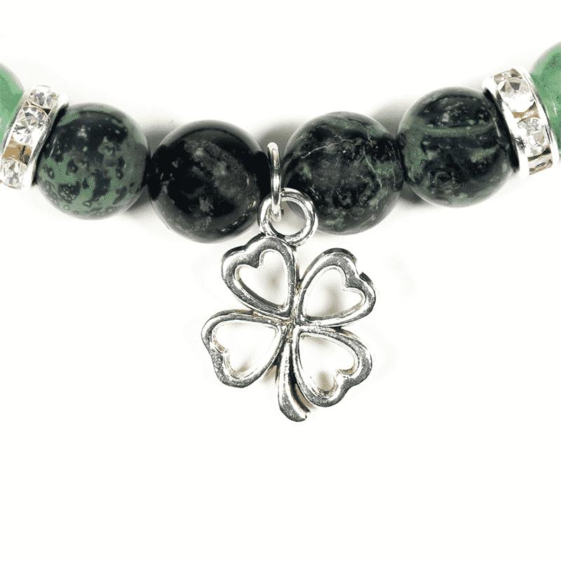 Edelsteinschmuck Vierblättriges Kleeblatt Anhänger silber grün schwarze Perlen auf weißem Hintergrund