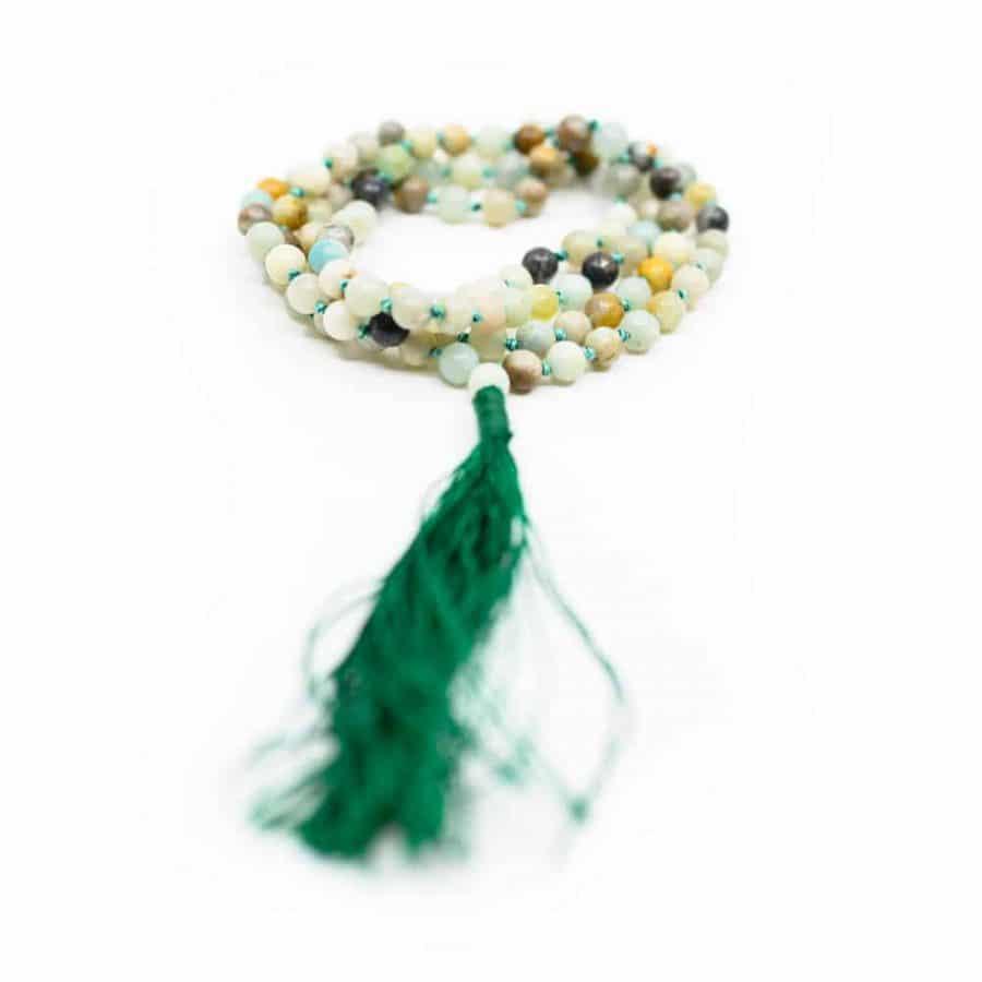 Edelsteinschmuck Mala bunte Perlen Grün auf Weißem Hintergund