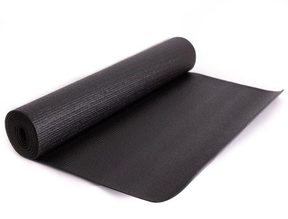 schwarze aufgerollte Yogamatte auf weißem Hintergrund