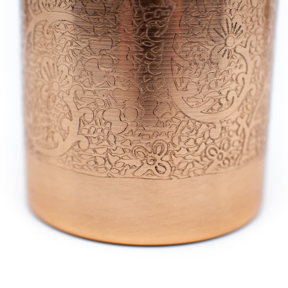 Kupferflasche Wasserflasche Trinkflasche mit Eingravierungen Flores Muster auf weißem Hintergrund