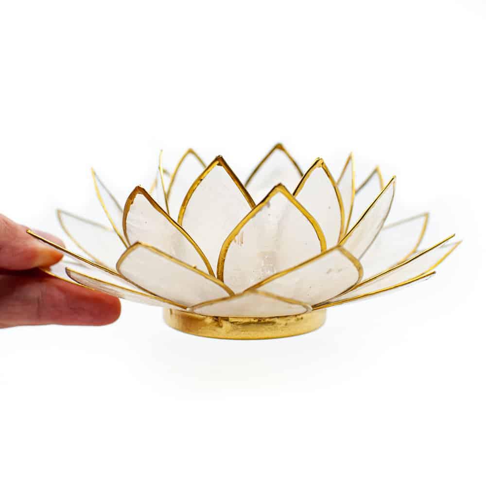 Finger halten Lotusblume Stimmungslicht Teelichthalter weiß Gold auf weißem hintergrund