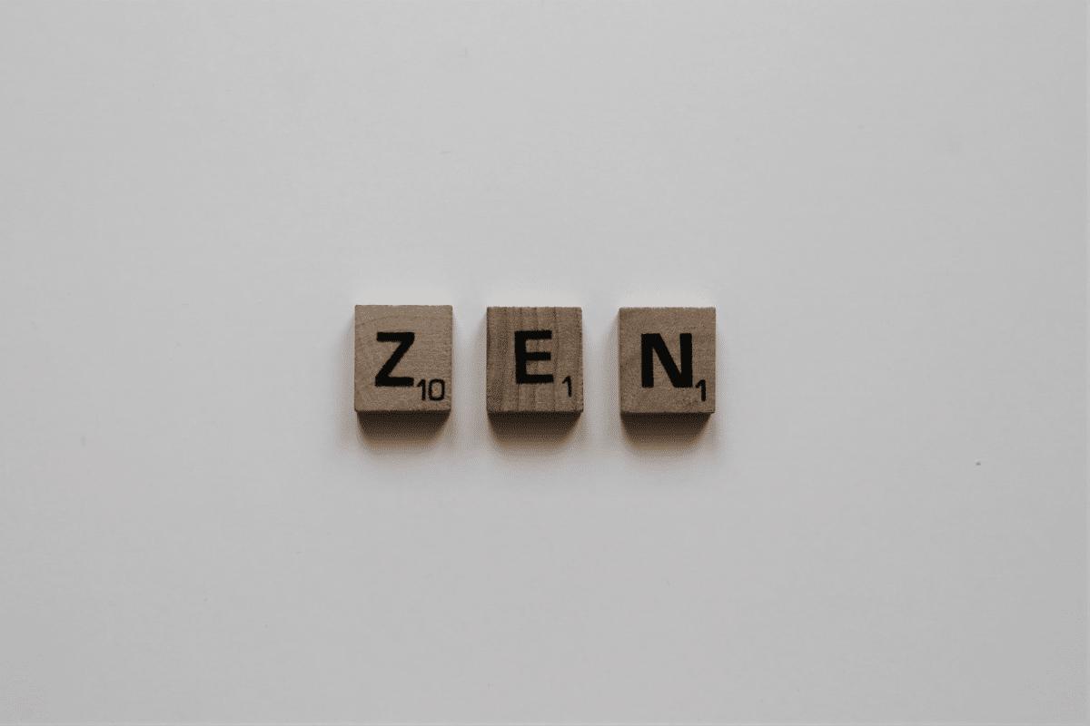 Yoga Übunge Zen Buchstaben Scrabble aus Holz auf weißem Hintergrund
