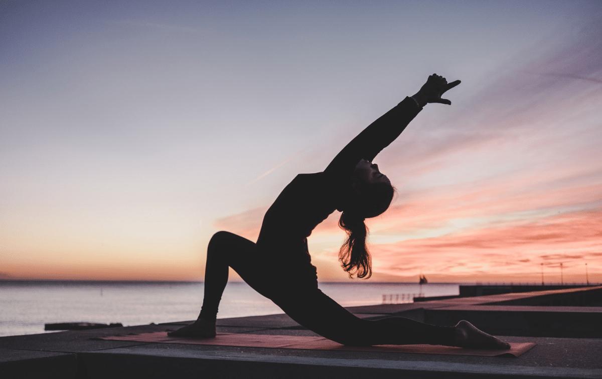 Yoga Übungen Yoga Gurt Frau Silhouette Yoga am Meer Sonnenuntergang