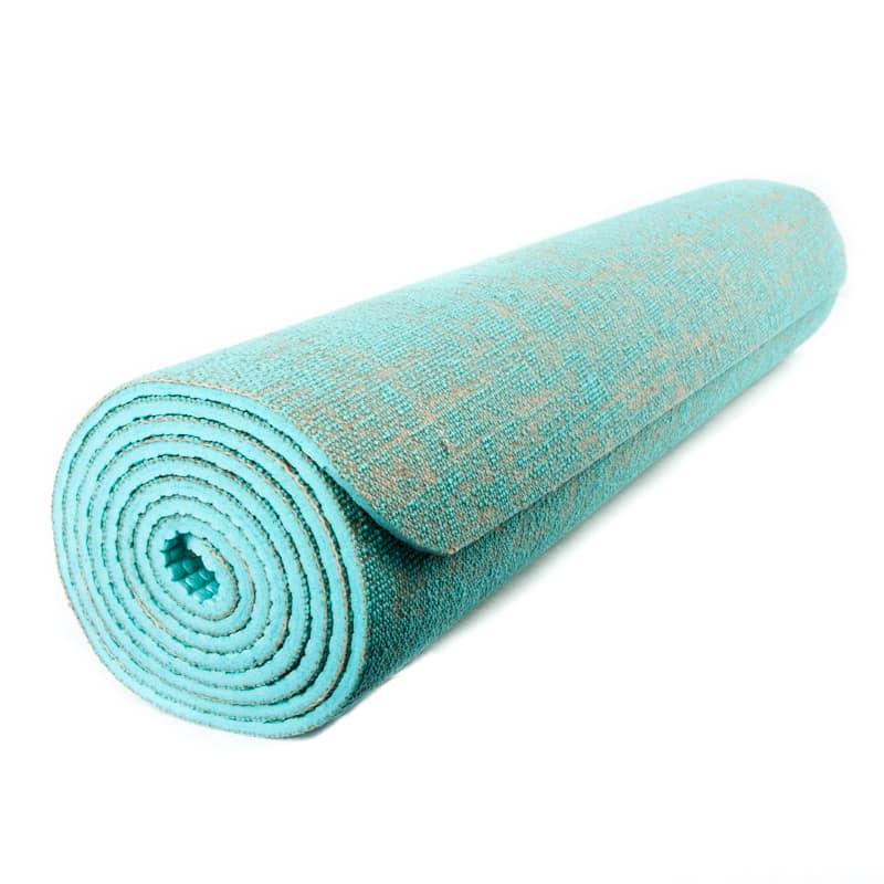 aufgerollte türkise Yogamatte aus Jute auf weißem Hintergrund
