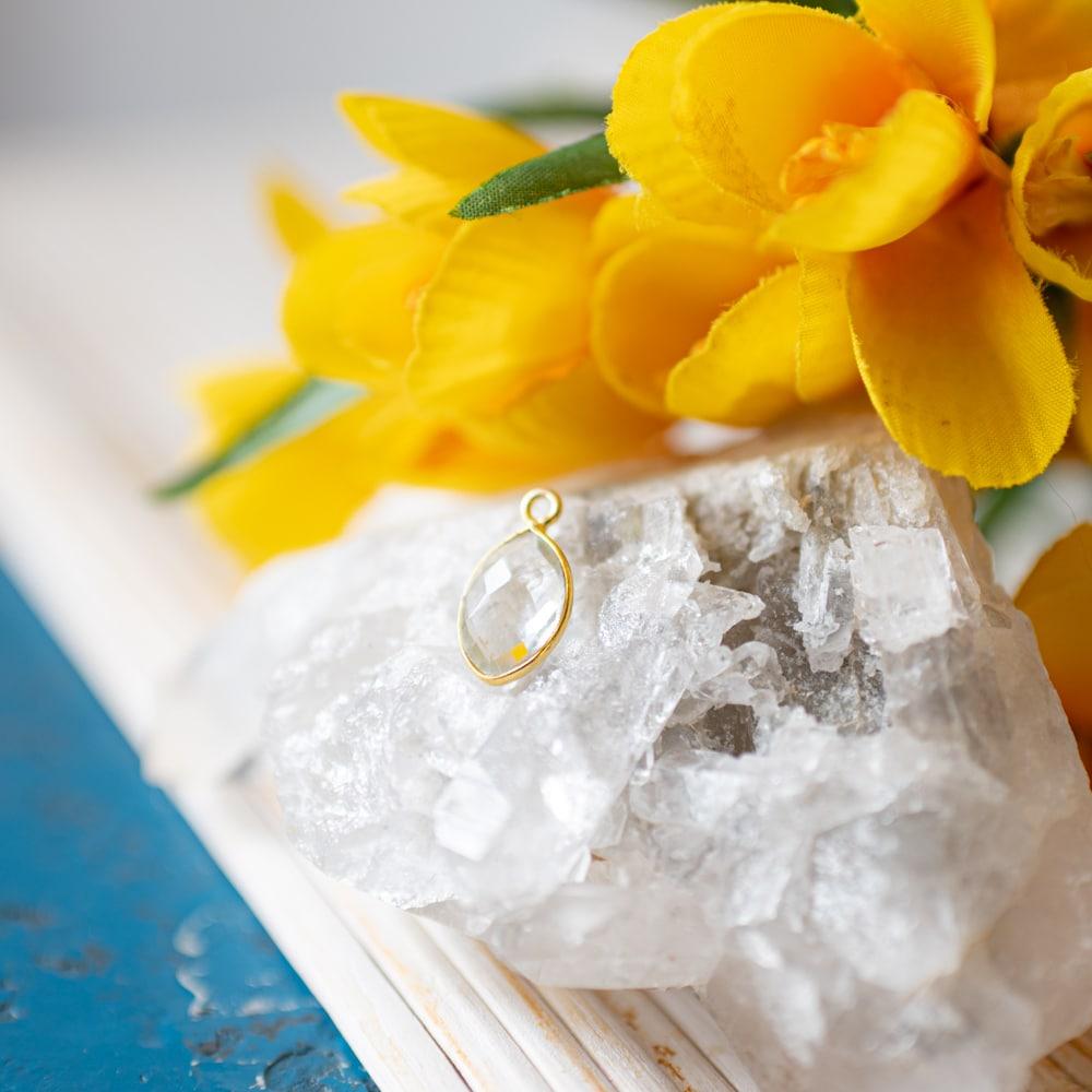 Geburtsstein April Diamant Anhänger auf Kristall mit gelben Blumen