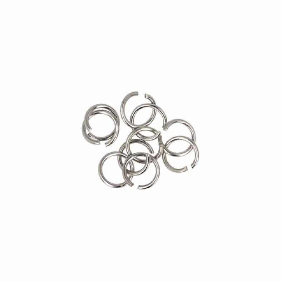 Schmuch Edelsteinschmuck Ringe Edelstahl Silber auf weißem Hintergrund