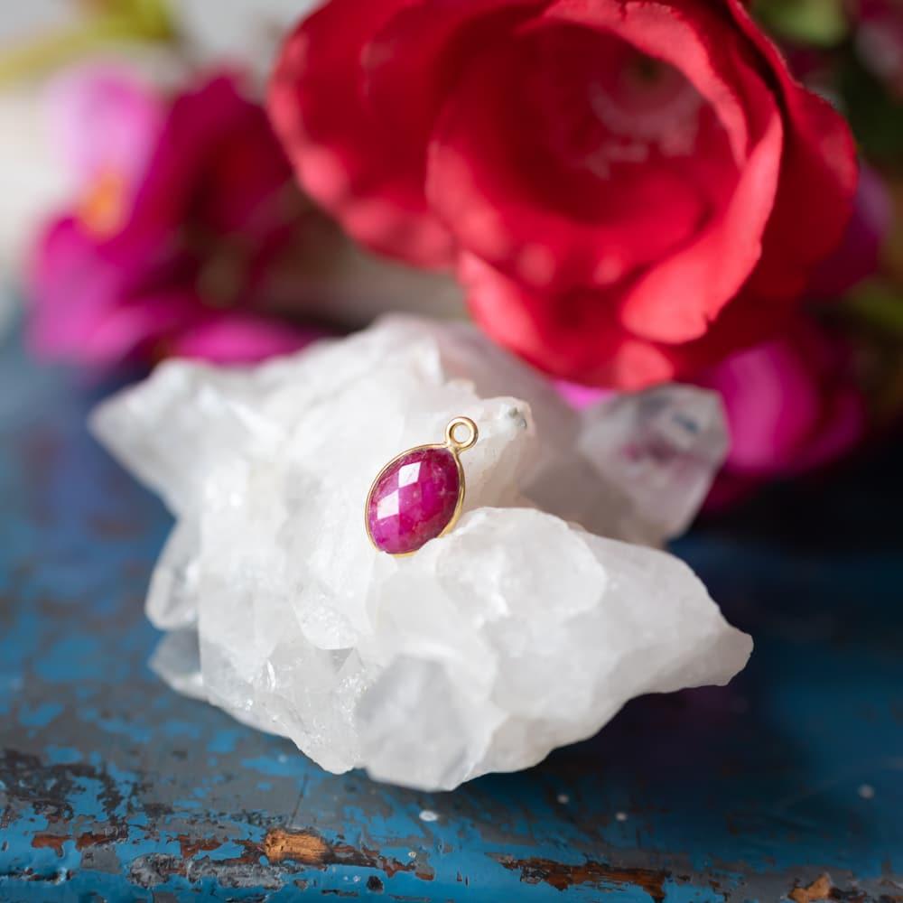 Geburtsstein Juli Roter Rubin Anhänger mit Gold auf Kristall mit Blumen