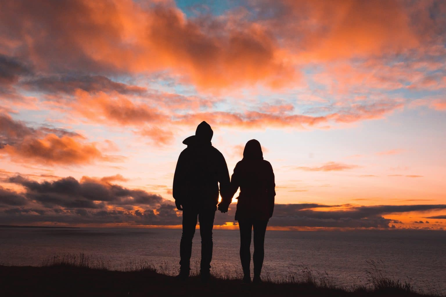 Silhouette Paar Händchen halten vor Sonnenuntergang
