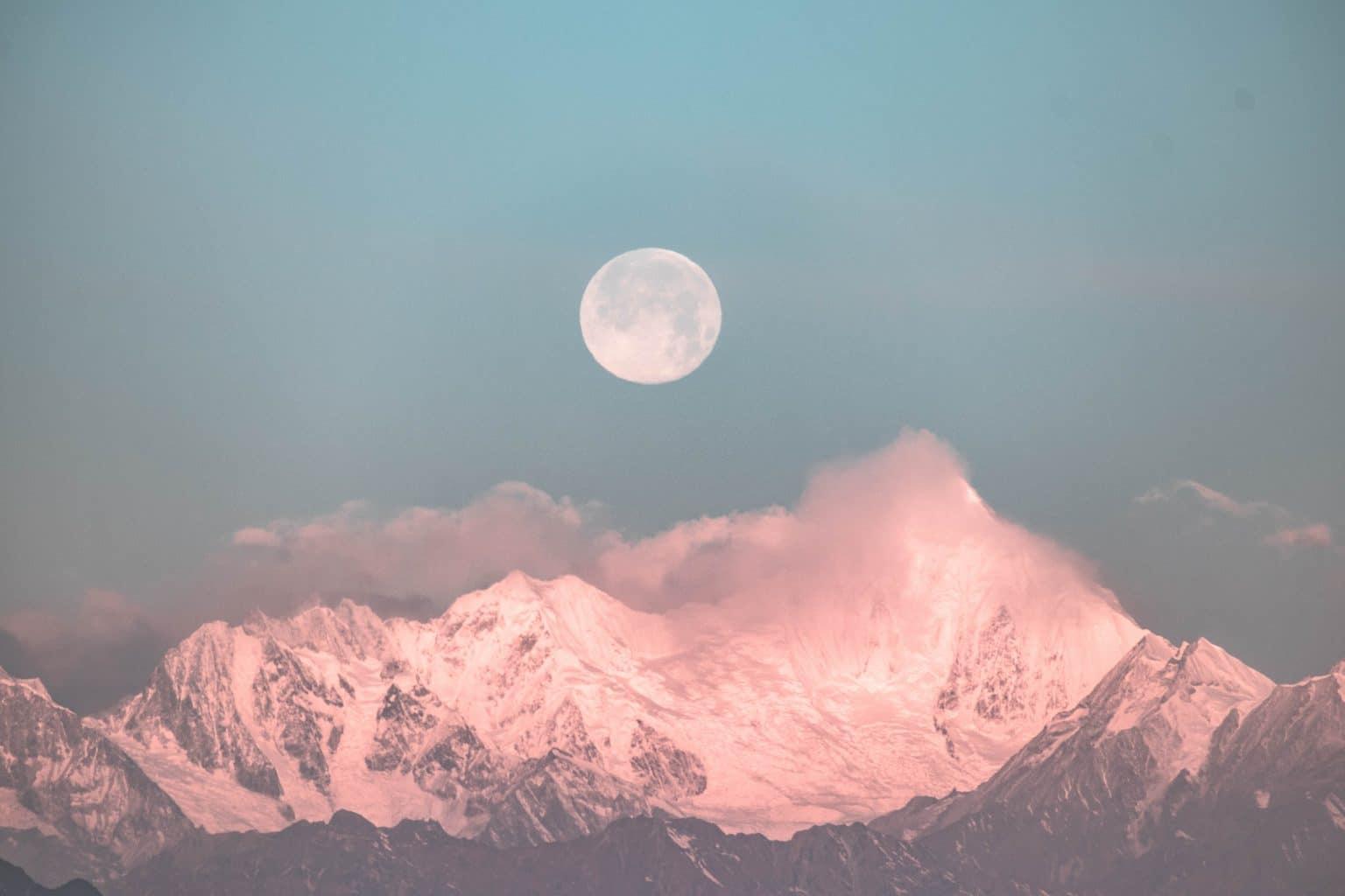 Sternzeichen Krebs Vollmond über Bergen mit Wolken