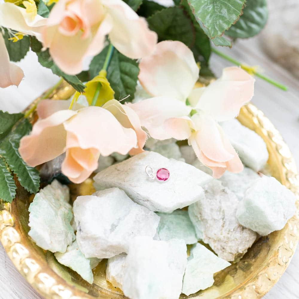 Sternzeichen Waage Geburtsstein Anhänger auf Kristallen in Schale mit Blumen