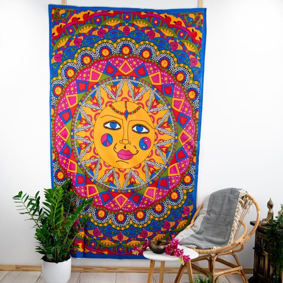 Mandala Wandtuch Tapisserie Sonne bunt mit Pflanze und Stuhl and weißer Wand