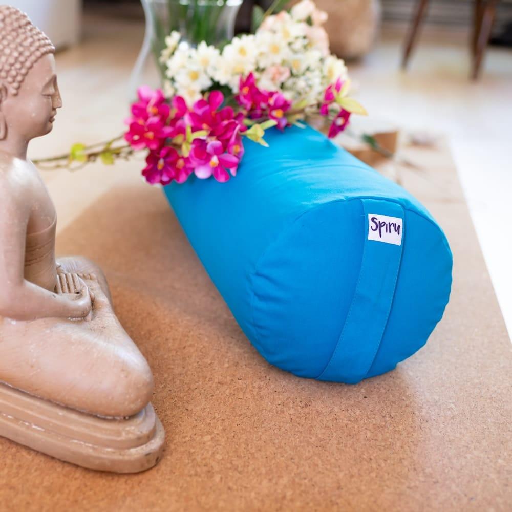 Ashtanga yoga bolster kissen blau auf korkmatte mit Blumen und Buddha statue