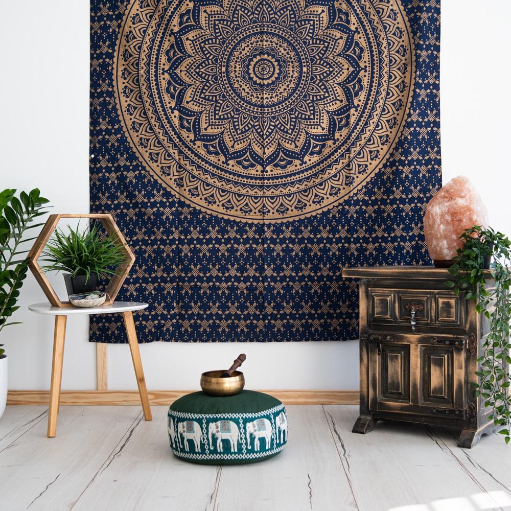 mandala Wandtuch blau gold mit Meditationskissen klangschale, holzschränkchen, Deko pflanzen an weißer wand