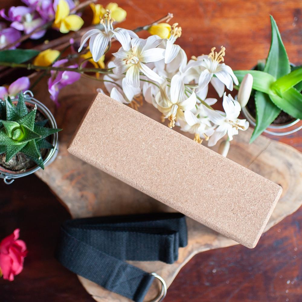 Kork Yogabolster mit Blumen und Pflanzen auf Holz