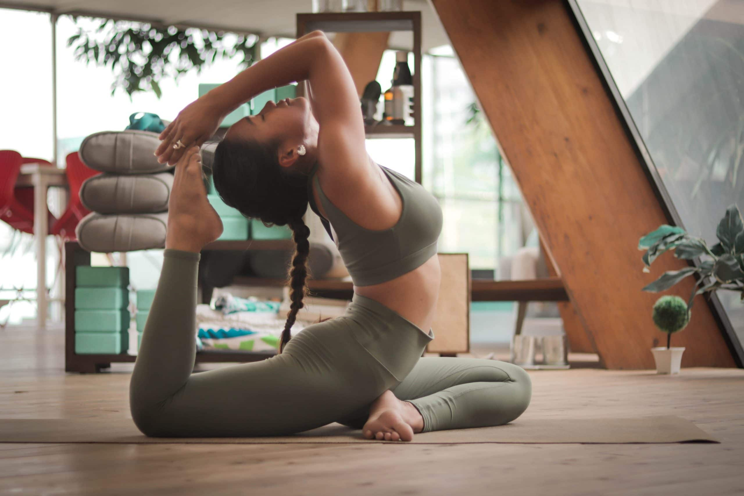 Frau macht Yogaübungen in Studio