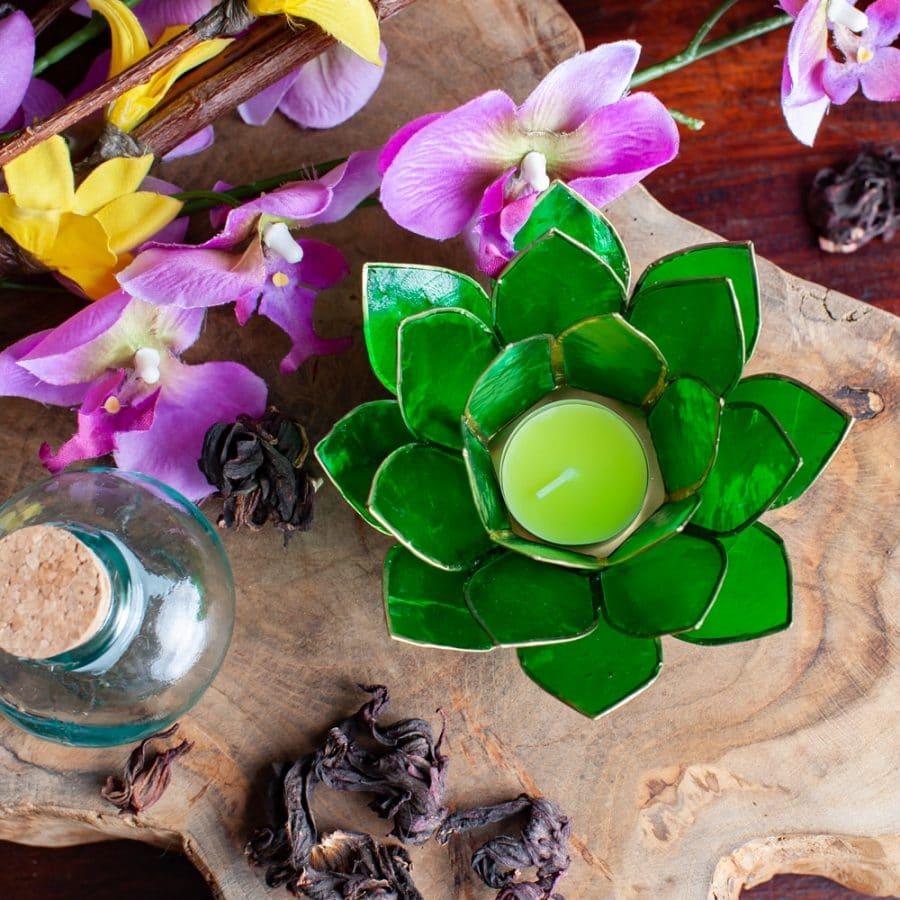 grünes Stimmungslicht mit Blumen auf Holz