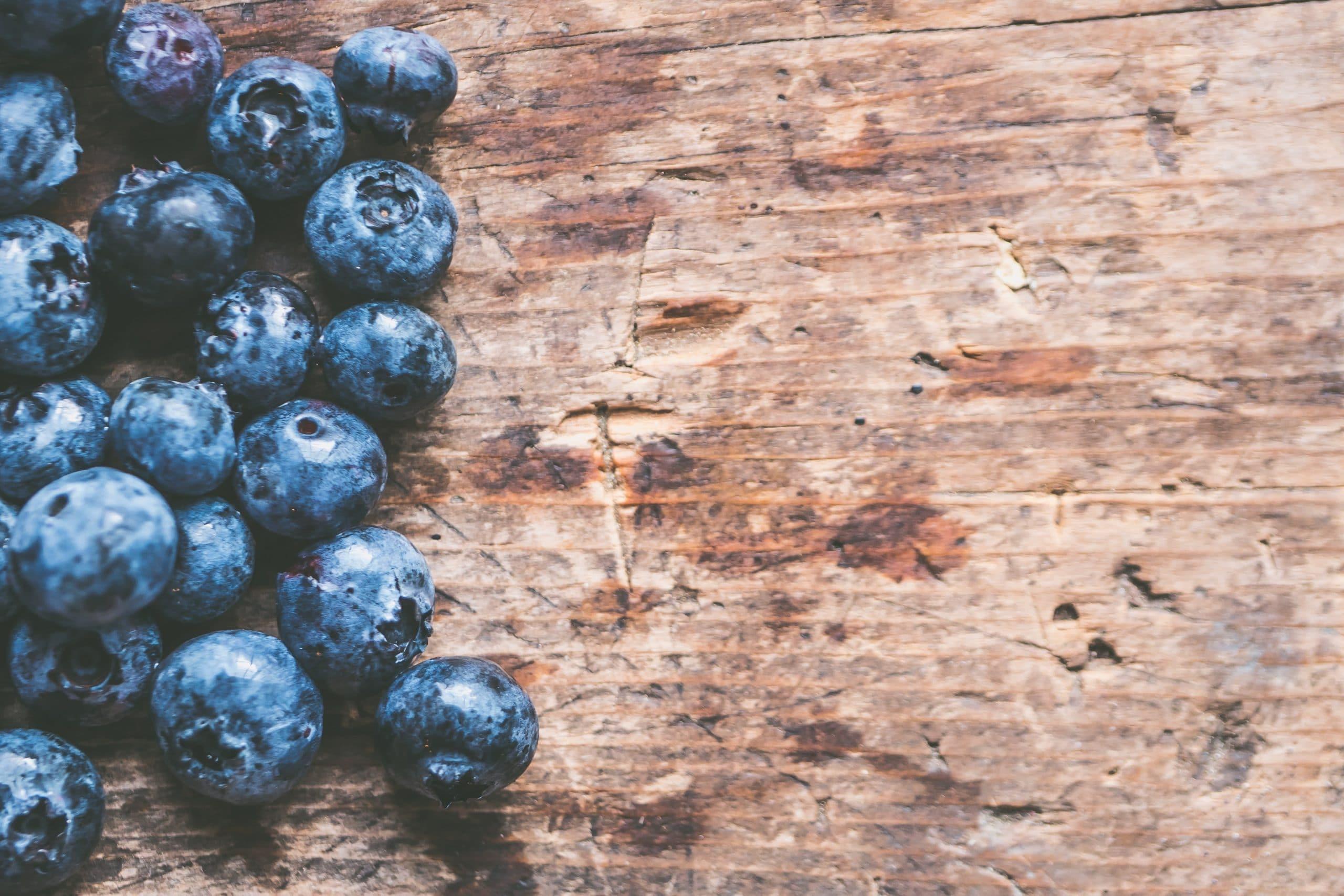 Blaubeeren auf Holz Halschakra