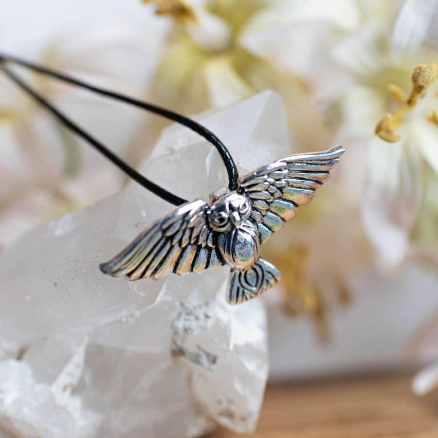 Eule Amulett Talismann mit schwarzer Wachskordel auf Edelstein weiß mit Blumen