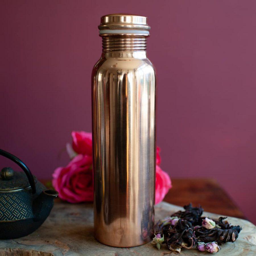 kupferflasche mit Teepott und Rosen
