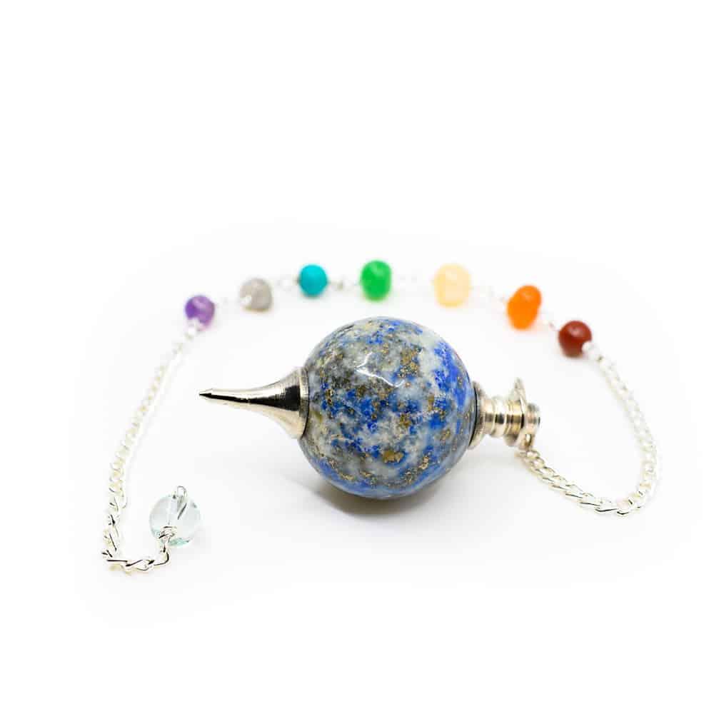 blaues edelstein pendel mit bunten chrakra perlen an silber kette. auf weißem hintergrund