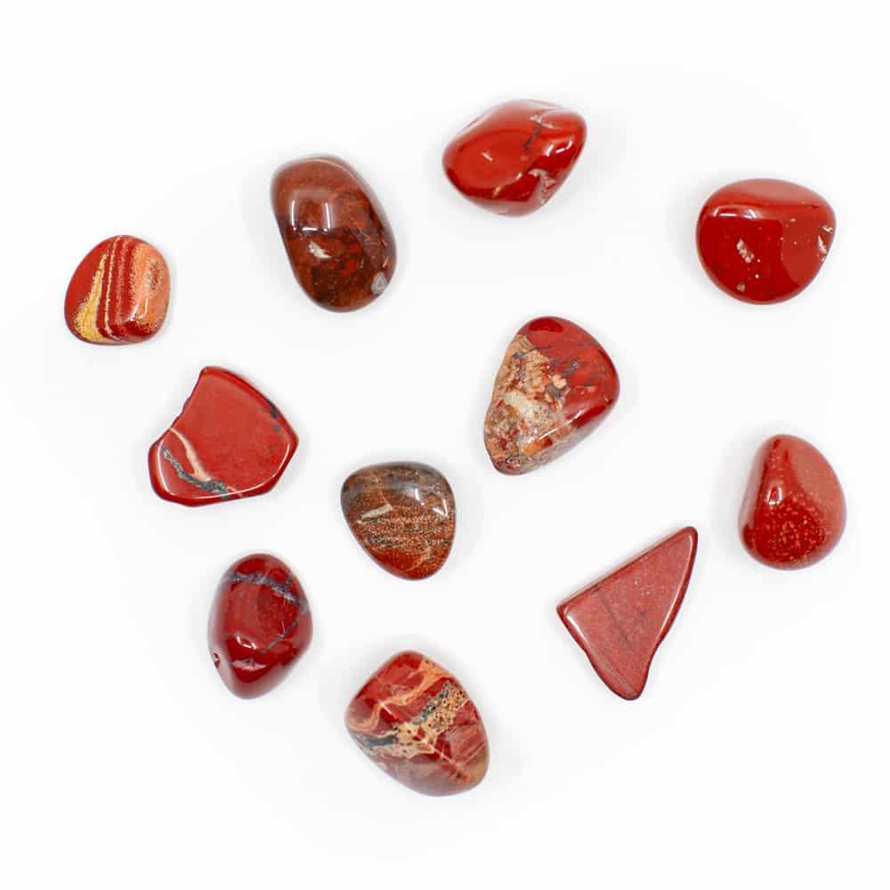 rote edelsteine auf weißem hintergrund